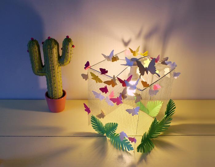 Selbstgemachte Nachttischlampe dekoriert mit Schmetterlingen und Pflanzen aus Papier