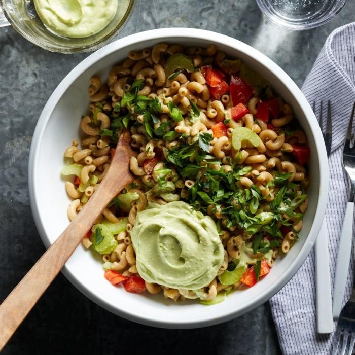 kleine Nudeln, Petersilien, Paprika, Avocado Dressing, Salat mit Avocado
