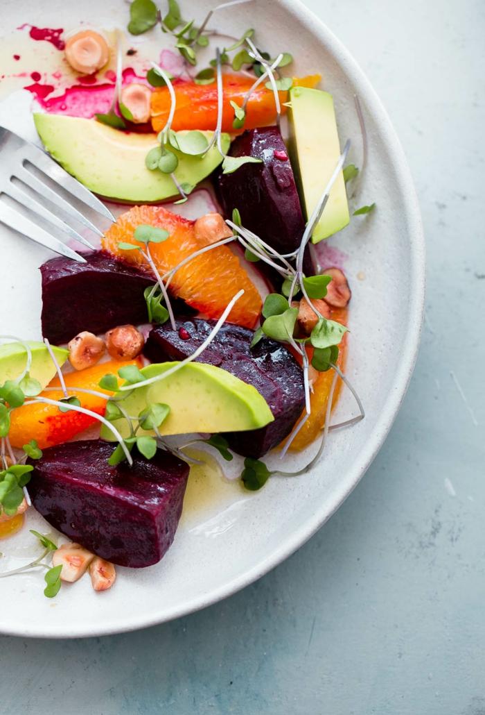 Avocado Rezepte Salat, Mandarinen, dunkelrote Früchte und Avocado