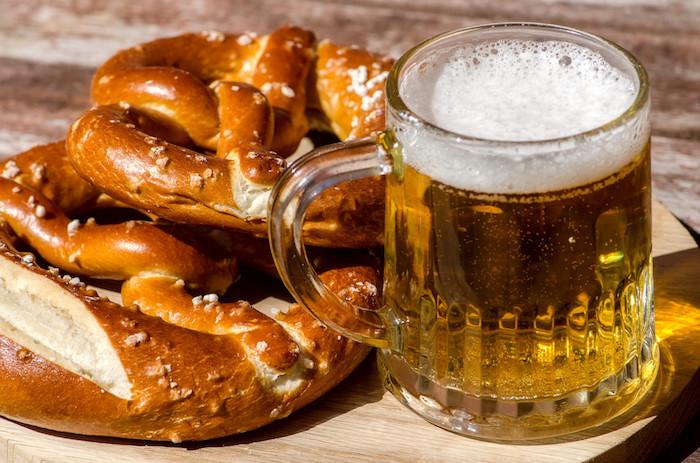 Bier und Brezeln auf dem Oktoberfest genießen, Köstlichkeiten für alle