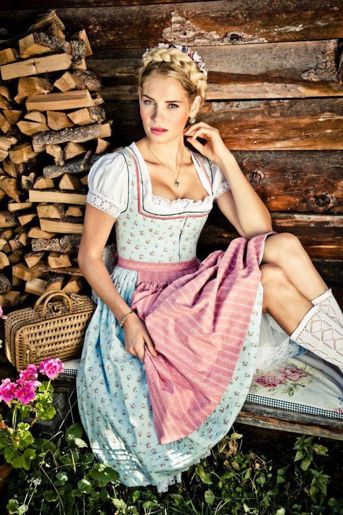 Das traditionelle bayerische Trachtenkleid Dirndl, Frau mit blonden Haaren in Flechtfrisur