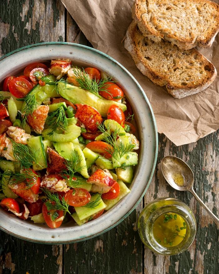 rote Kirschtomaten, Avocado, Dill als Dekoration, Avocado Tomaten Salat mit Olivenöl als Dressing