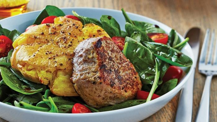 richtige ernährung selber kochen, fleisch stück mit kartoffel und salat, vitamine und proteine