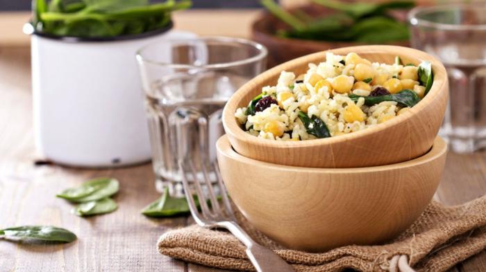 was heißt richtige ernährung, hier ein beispiel, die kleinen portionen sind gesund, schüssel, voll mit quinoa mit mais und spinat, gabel, wasser in einem glas