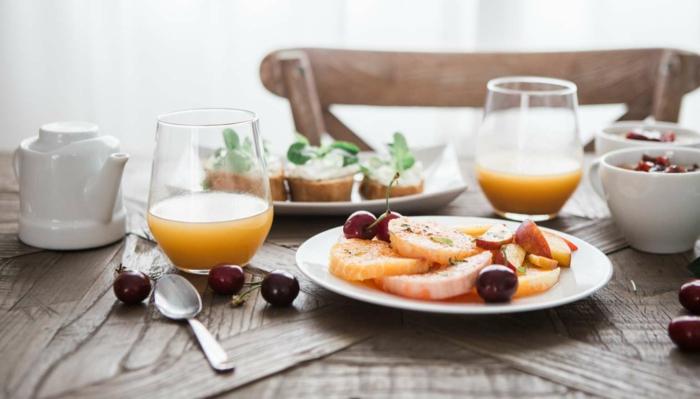 richtige ernährung am morgen, frisches obstsaft trinken, kirschen, orangen, grapefruit, gesunde.kohlenhydrate und obstzucker