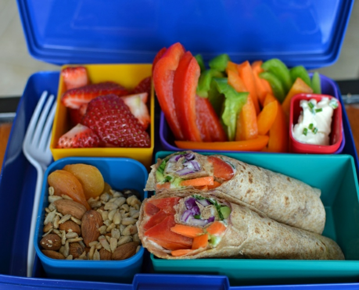in diesem box ist ein gutes tagesmenü zum beispiel, richtige ernährung selber vorbereiten, erdbeeren, tortillas, nüsse, paprika, gemüse