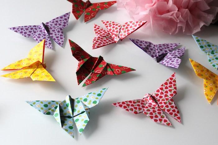 Origami Schmetterlinge aus buntem Papier, schöne Deko selber machen