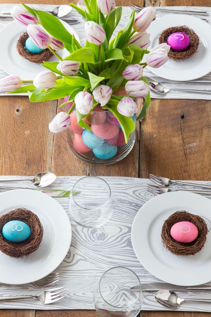 osterdeko selber machen, tischdeko zum ostern, rosa und blaue eier, vase mit tulpen