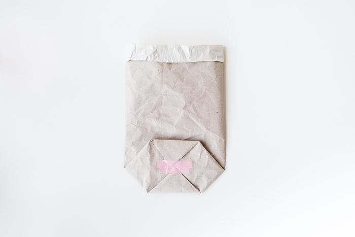 eine grfaltete kleine weiße papiertüte falten, eine schritt für schritt diy anleitung, basteln mit papier ideen