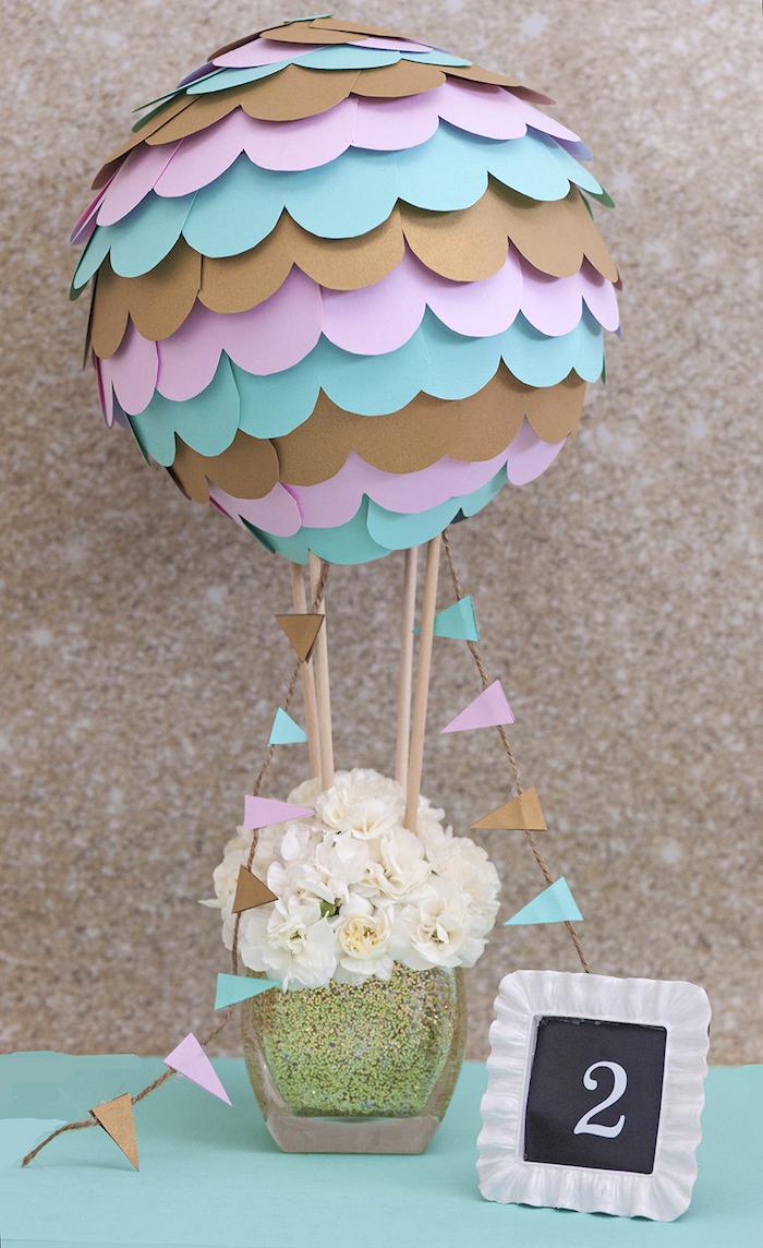 pappmache luftballon dekoriert mit buntem bastelpapier, weiße blumen in glasvase, tischdeko