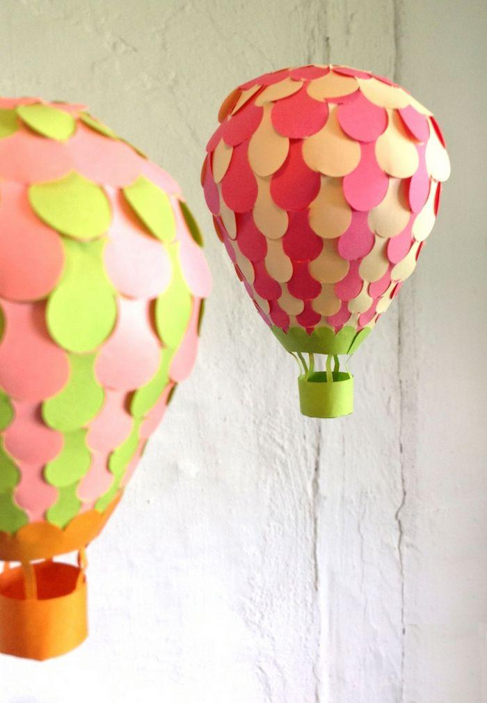 pappchame luftballon dekoriert mit buntem bastelpapier, weiße wand, hängende deko