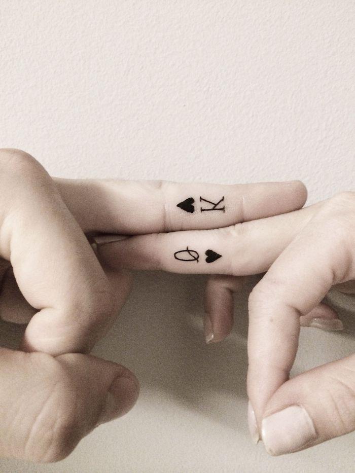 Partner Tattoo, König und Königin, kleine Tattoos an Ringfingern, Paar Tattoos