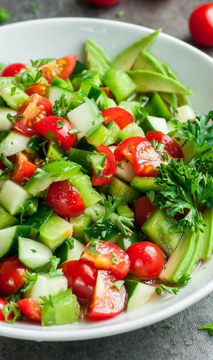 Avocado Tomaten Salat, grüner Paprika, Kirschtomaten und Petersilie