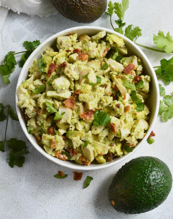 Avocado, Petersilie, Avocado Rezepte Salat, Fleisch in einer weißen Schale