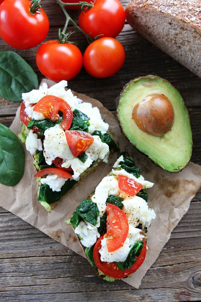 richtige ernährung selber kochen, idee, avocado, spinat, basilikum, tomaten, käse