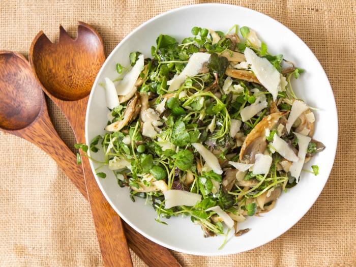 10 regeln der dge, salad mit hähnchen, läffel und gabel aus holz, geschenkidee für heusfrau oder hausmann