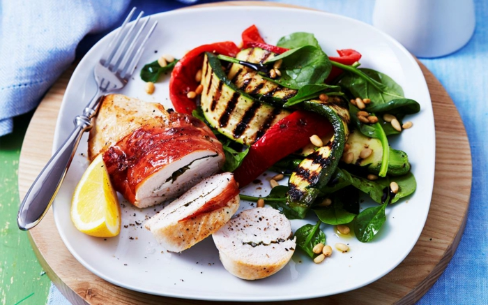 10 regeln der dge, fleisch, gemüse, beilage und hauptspeise, zucchinni, paprika, zitrone anstelle von salz
