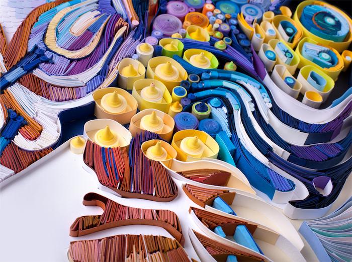 eine quilling figur aus vielen braunen, blauen, gelben und blauen langen papierstreifen, geschenke basteln ideen