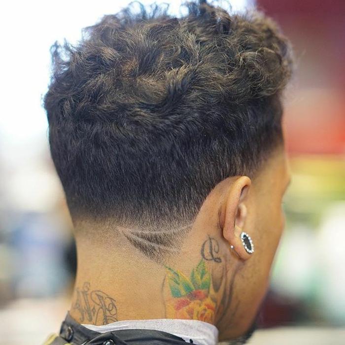 ein ausgefallene Frisur für Männer mit schwarzen lockigen Haare, Trendfrisuren 2017 Männer