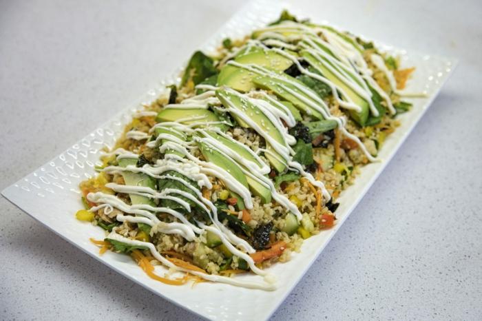 Reis, Avocado, Möhren, eine weiße Soße Avocado Rezepte Salat in weißem Salatteller