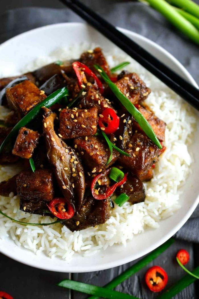 Reis als Beilage, Fleisch und Gemüse, Sesam, gesunde Gerichte zum Mittagsessen