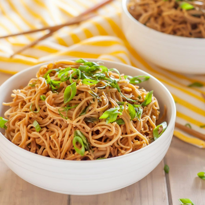 asiathische gesunde Gerichte, Reisnudeln und Soysoße mit Frühlingszwiebel