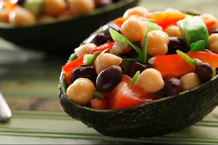 Avocado Rezepte Salat, Oliven, Kichererbsen, Tomaten in einem Avocado zum Servieren