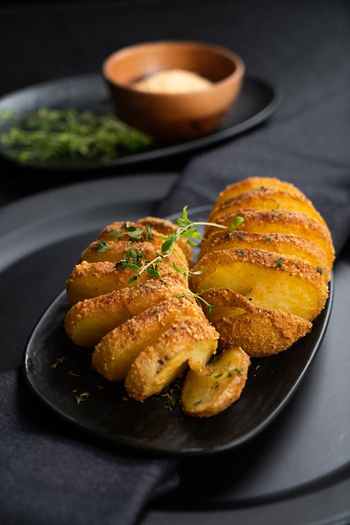 Schnelle Fingerfood Rezepte zum Ausprobieren, Hasselback-Kartoffeln mit frischem Thymian