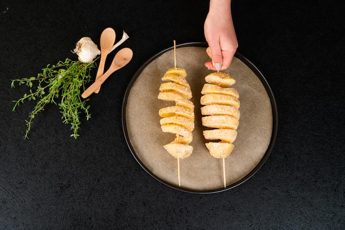 Hasselback-Kartoffeln mit Parmesan, frischem Thymian und Knoblauch, Fingerfood Ideen