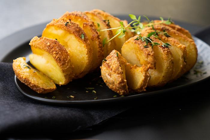 Kartoffeln im Backofen Rezept, fächerförmige Kartoffeln mit Parmesan und frischem Thymian