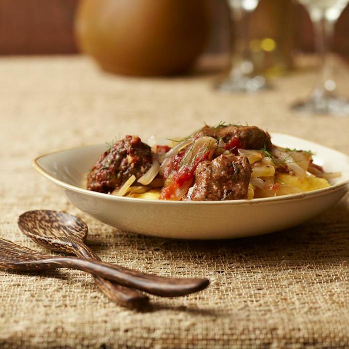 Fleisch und Zwiebel, Paprika, gesunde Gerichte, in einer weißen Schale, Geschirr aus Holz