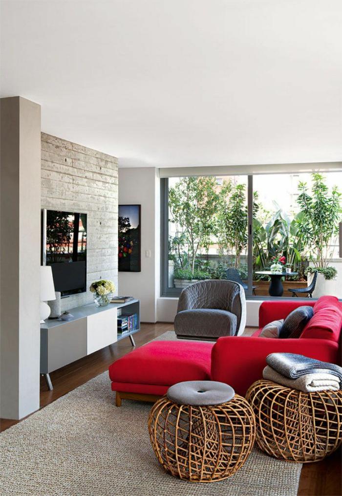 Farben, die zusammenpassen, rot und grau, ein Glaswand zu der Terrasse
