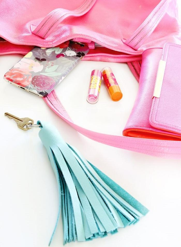 rosa Taschen, blaue Quaste als Schlüsselanhänger DIY Projekt, ganz modern