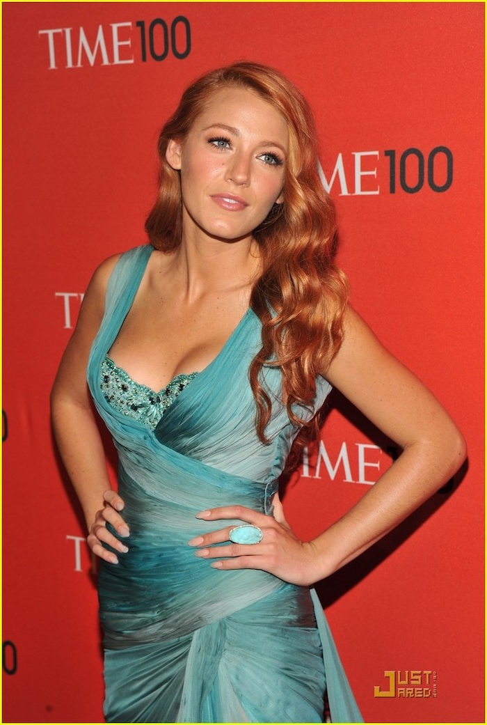 Blake Lively Haarfarbe Kupfer, lange wellige Haare mit Seitenscheitel, blaues Abendkleid