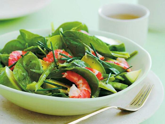 Garnellen, Gartensalat, Avocado Gemüse Stücke, Gurken in einer weißen Schale