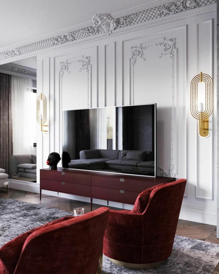 Bordeauxrote Sessel, Fernsehregal in derselben Farbe, weiße Wände, welche Farbe passt zu Bordeauxrot