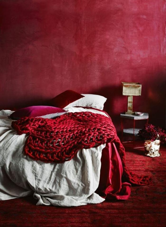 Bordeauxrote Wände und Bettdecke, weiße Bettwäsche, welche Farbe passt zu Bordeauxrot