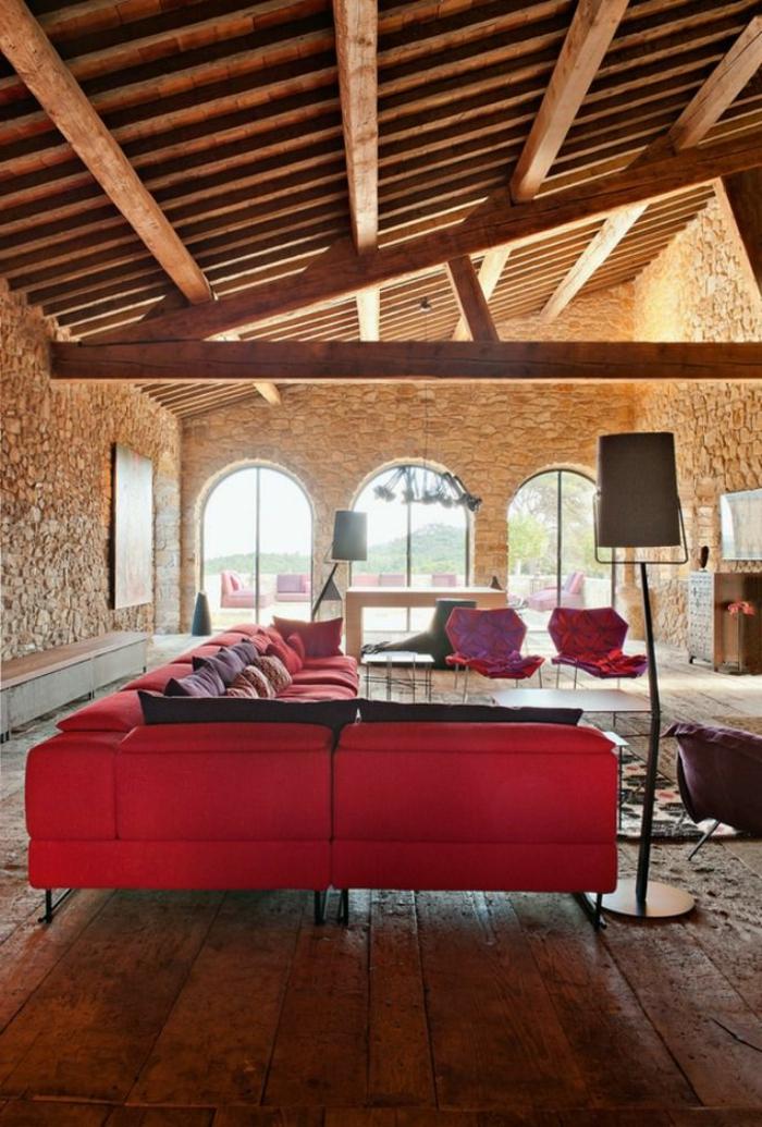 schöne Farbkombinationen, ein rotes Sofa, eine Decke mit Balken, Parkettboden