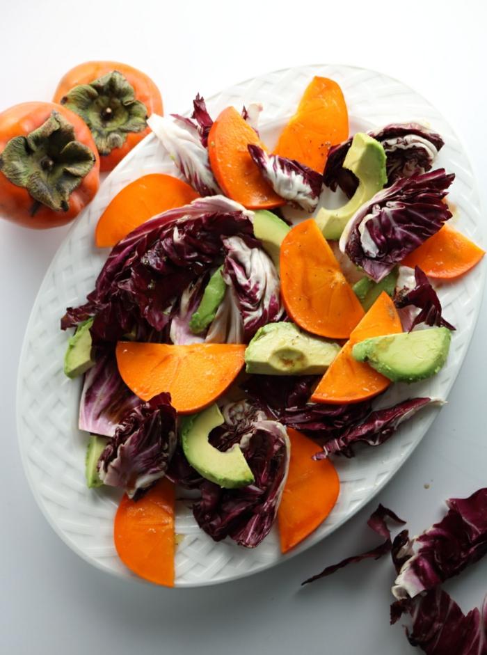 Kaki Früchte, roter Kohl, Avocado, ein gemischter Salat, raffinierte Salate