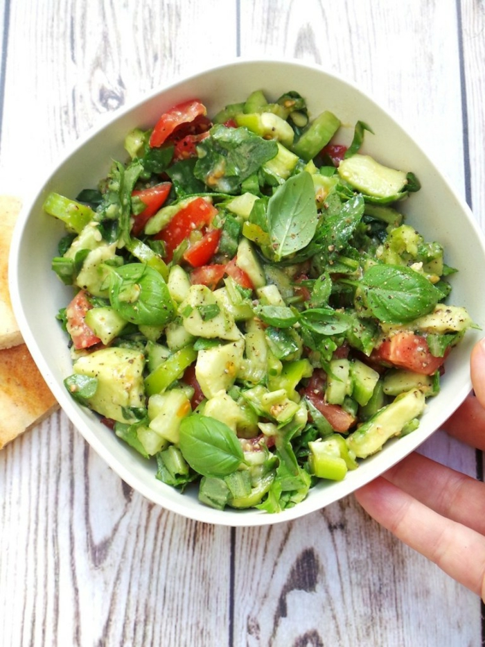 Avocado Tomaten Salat, roter Paprika, Minzblätter, Avocado und grüner Paprika