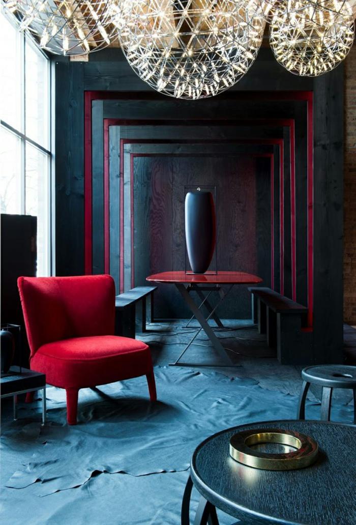 eine Vase in der Mitte, ein roter Sessel, zwei Bänke, welche Farbe passt zu Bordeauxrot