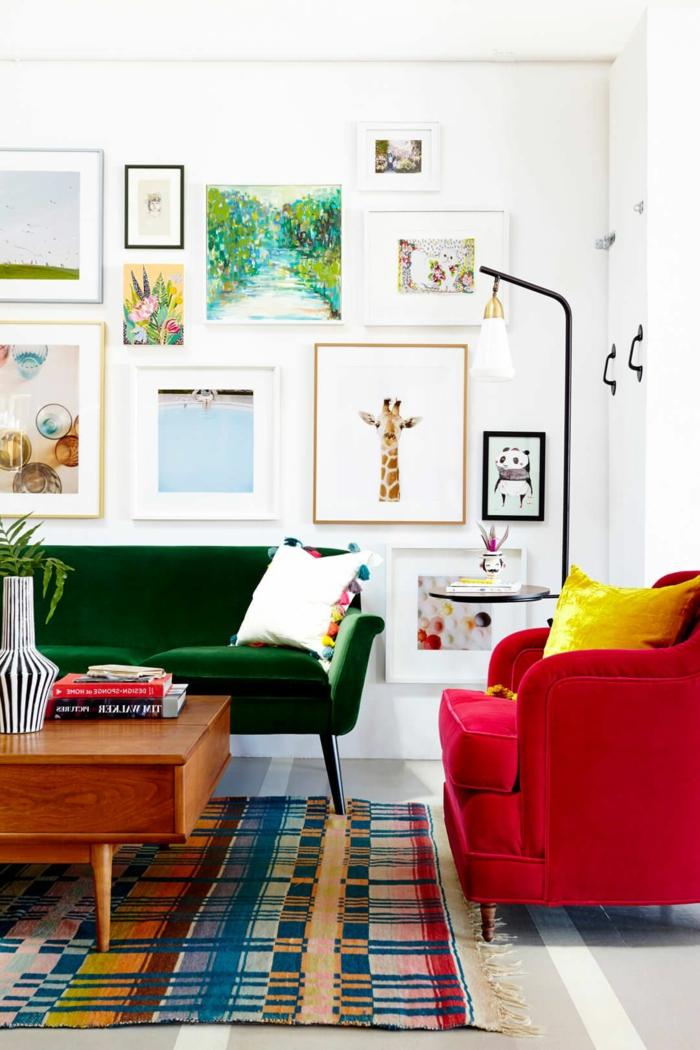 Farben, die zusammenpassen, viele kleine Bilder, bunter Teppich, roter Sessel und grünes Sofa