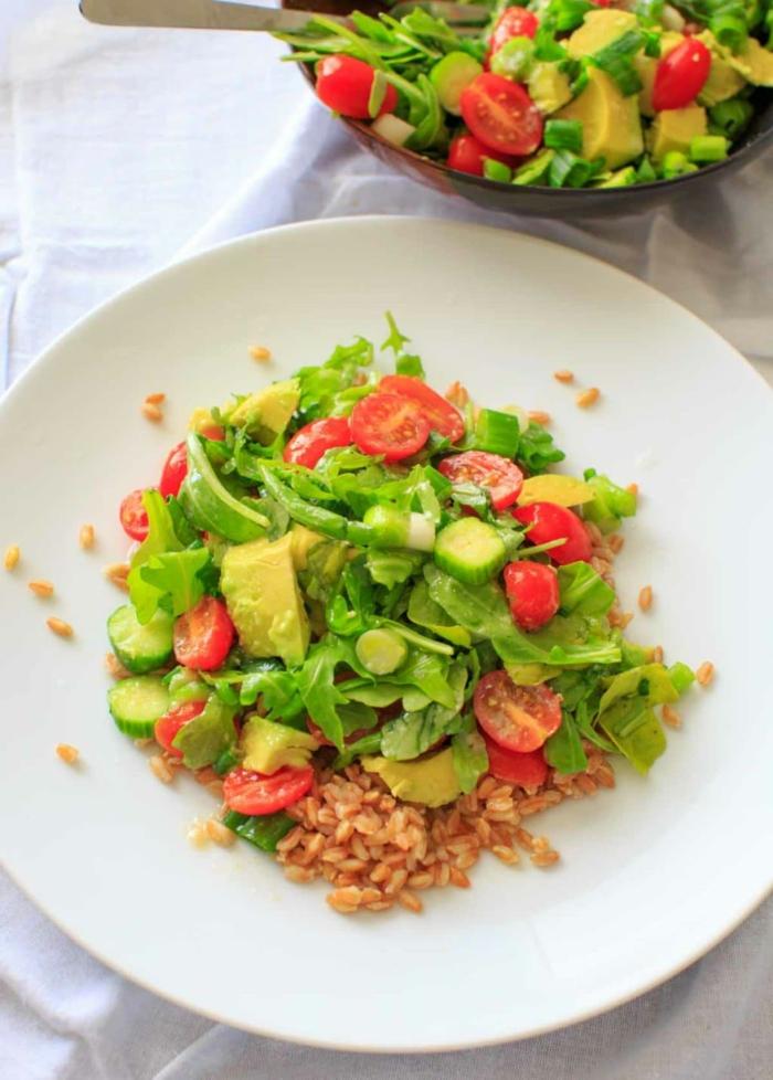 Avocado Tomaten Salat mit roten Kirschtomaten, grüner Salat, Reis und Salatblätter