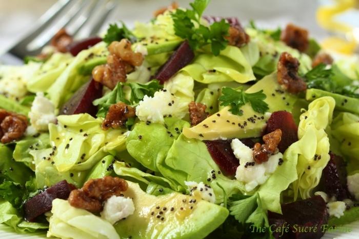 Eisberg Salat, Chia, Petersilien, Stücke Avocado, Walnüsse, raffinierte Salate