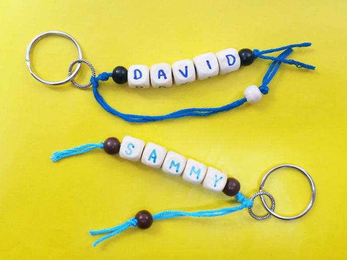 Schlüsselanhänger mit Namen von dem kleinen Jungen auf gelber Hintergrund