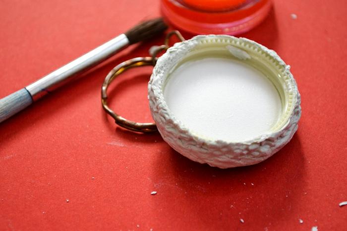 Schritt Zwei, der Deckel mit Lehm bekleben, um die Makrone zu formen, Schlüsselanhänger basteln