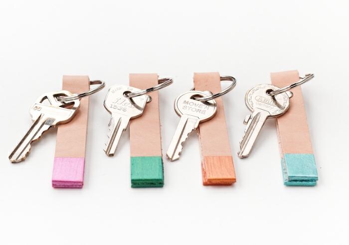 vier DIY Schlüsselanhänger aus Holz mit vier Schlüsseln, bunte Schlüsselanhänger