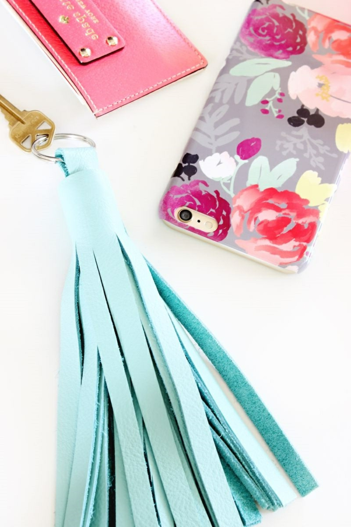 Schlüsselanhänger DIY, blaue Quaste, bunte Handyhülle, passt zu den anderen Accessoiren