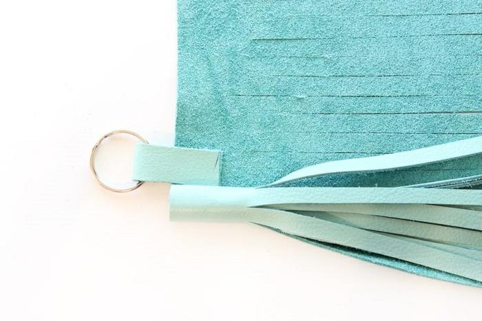 eine blaue Quaste, Schlüsselanhänger DIY mit Schlüsselring, wie zu befestigen
