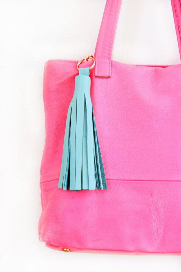 rosa Tasche mit blauen Quaste, Schlüsselanhänger DIY für jeden Tag